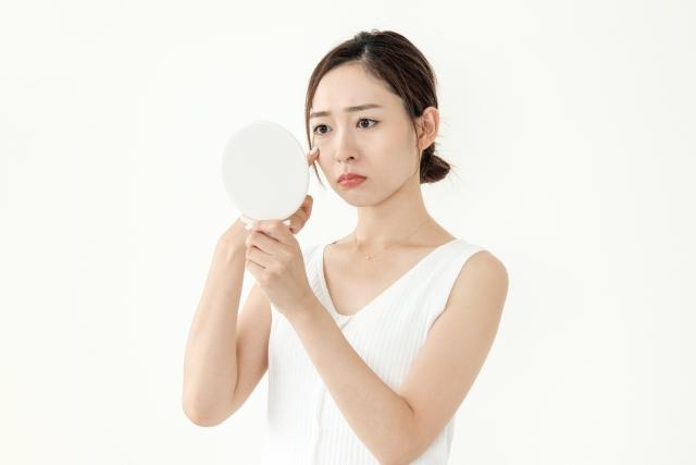 目の下のたるみを改善したい女性のイメージ写真