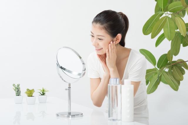 目の下の乾燥によるシワ改善スキンケアをする女性のイメージ写真