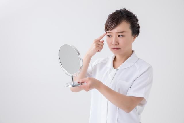 目の下の表情ジワを気にする女性のイメージ写真