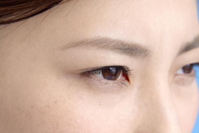 眼窩脂肪燃焼トレーニングを行う女性のイメージ写真