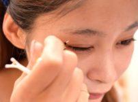 アイプチが眼瞼下垂の原因となるイメージ写真