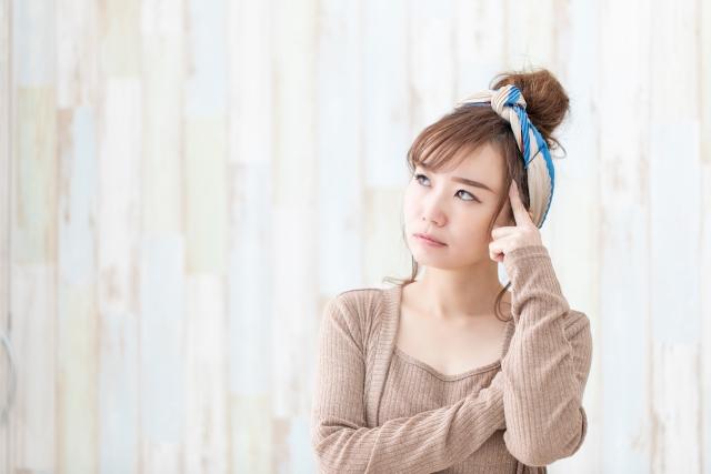 まぶたのくぼみの原因を考える女性のイメージ写真