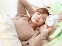 寝不足でまぶたのたるみに悩む女性のイメージ画像