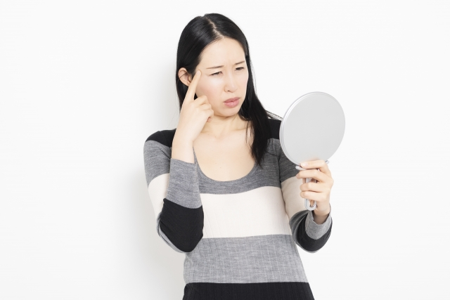 まぶたのくぼみの原因に悩む女性のイメージ写真