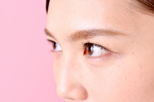 眼瞼挙筋を鍛える方法でパッチリ目になった女性のイメージ