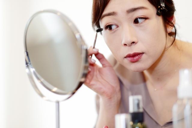 二重の左右非対称をメイクでカバーする女性のイメージ写真